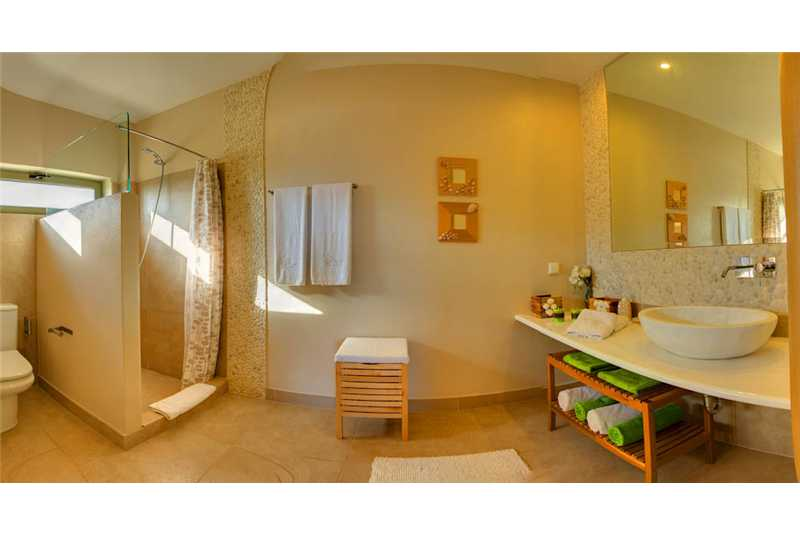 Villa Corali en suite shower room