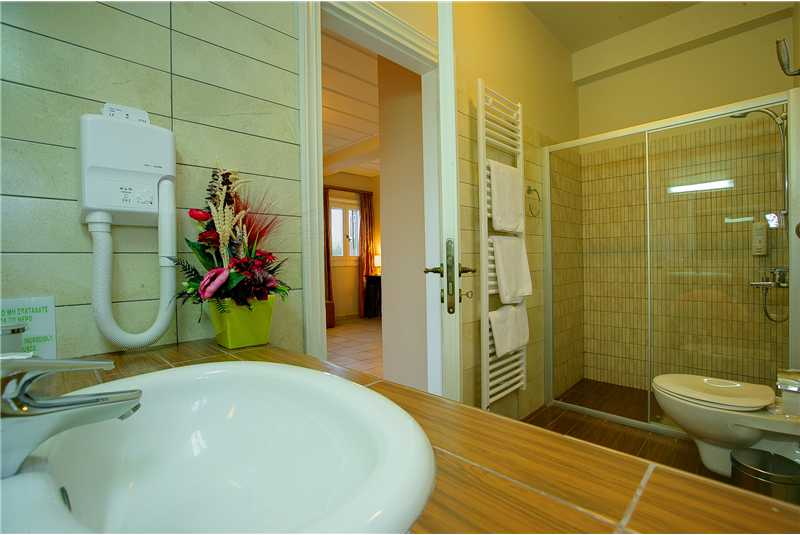 Villa Dentrolivano ensuite shower