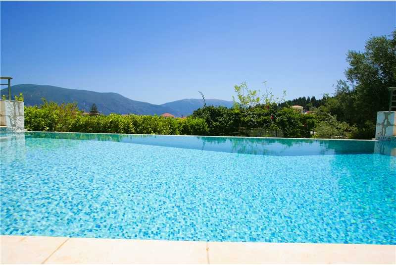 Villa Dentrolivano infinty pool with built in jacuzzi bench