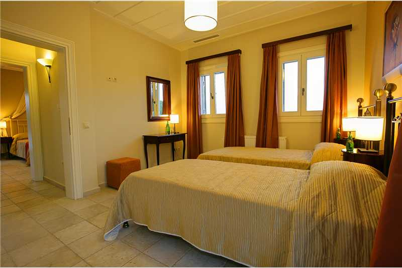 Villa Dentrolivano twin bedroom with en suite shower room