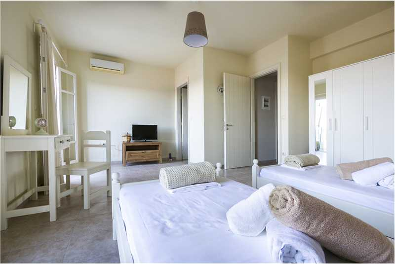 Villa Isalos twin bedroom and ensuite