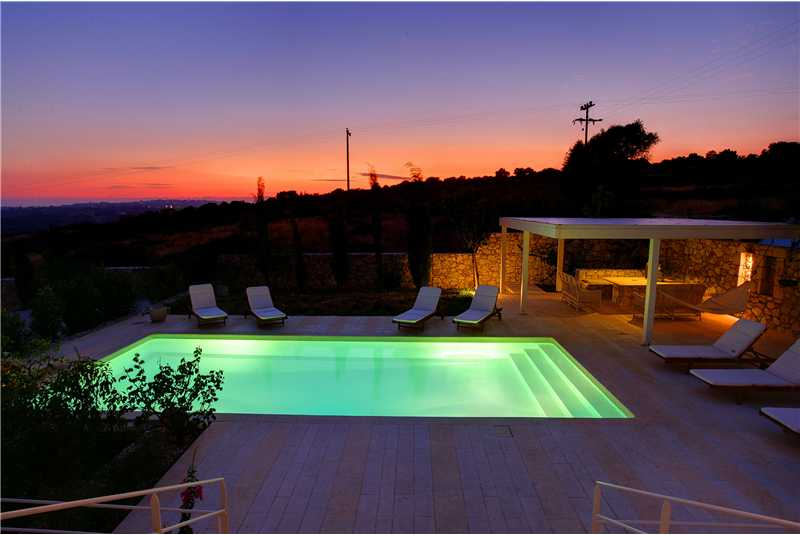 Villa Linatela pool illuminated at night.bmp