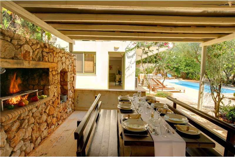 Villa Telina barbecue and dining area